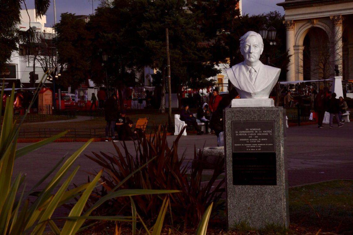 La corrupción más obscena: Morón quitará un busto de Néstor Kirchner de la Plaza San Martín