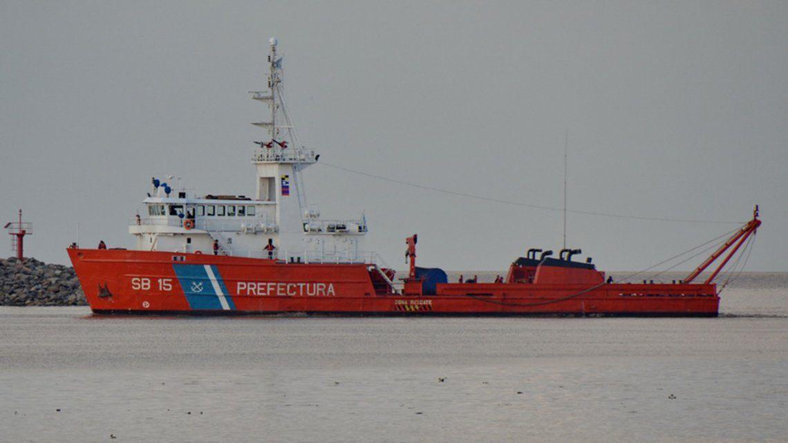 Un guardacostas navega hacia donde podría estar el ARA San Juan