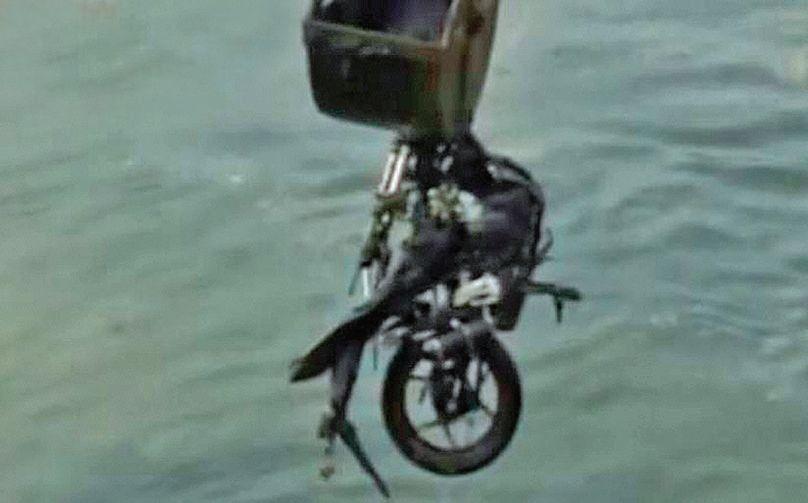 dLa moto del policía fue retirada del Riachuelo por una grúa.