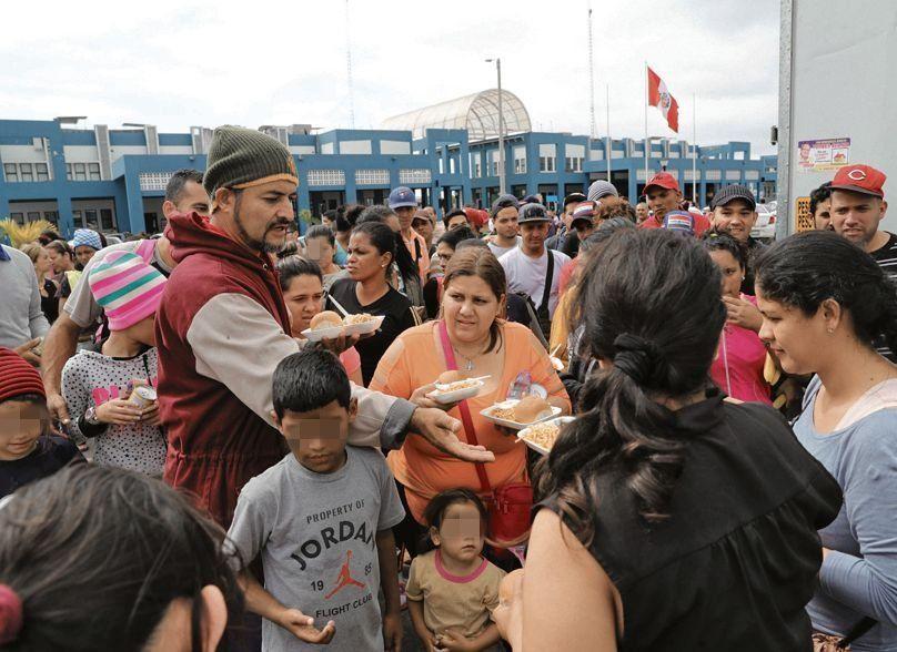 d Cientos de venezolanos reciben comida en la frontera.