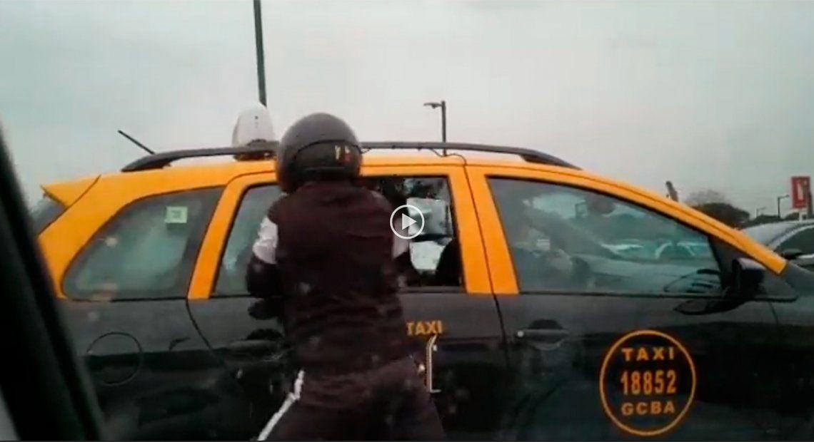 Violento robo motochorro a un pasajero de un taxi en plena avenida Costanera
