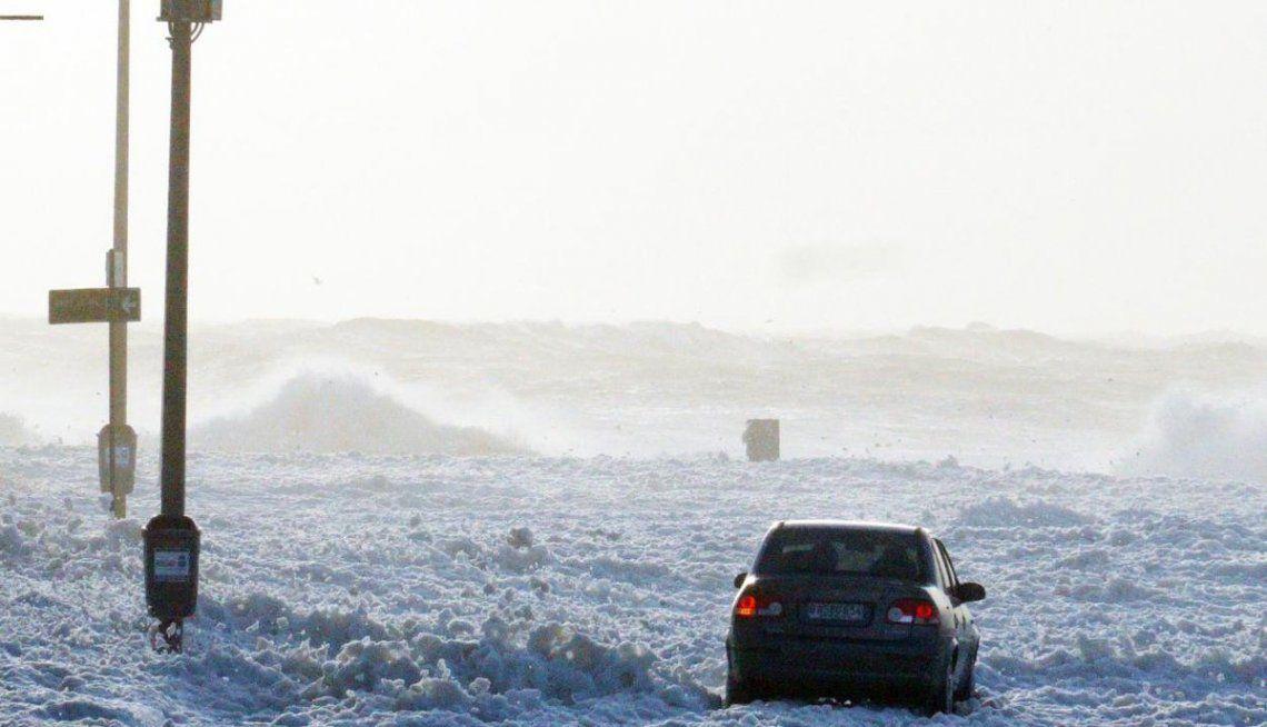 Video | La espuma de mar cubrió las calles en Punta del Este