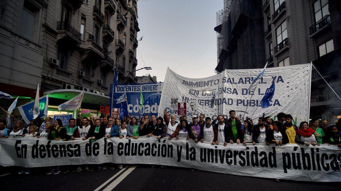 Bajo la lluvia, marcharon gremios docentes y federaciones estudiantiles por la crisis universitaria