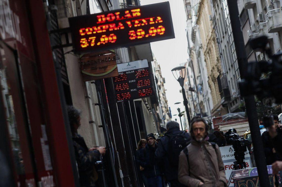 Tras subastas del Banco Central, el dólar cerró en $37,99