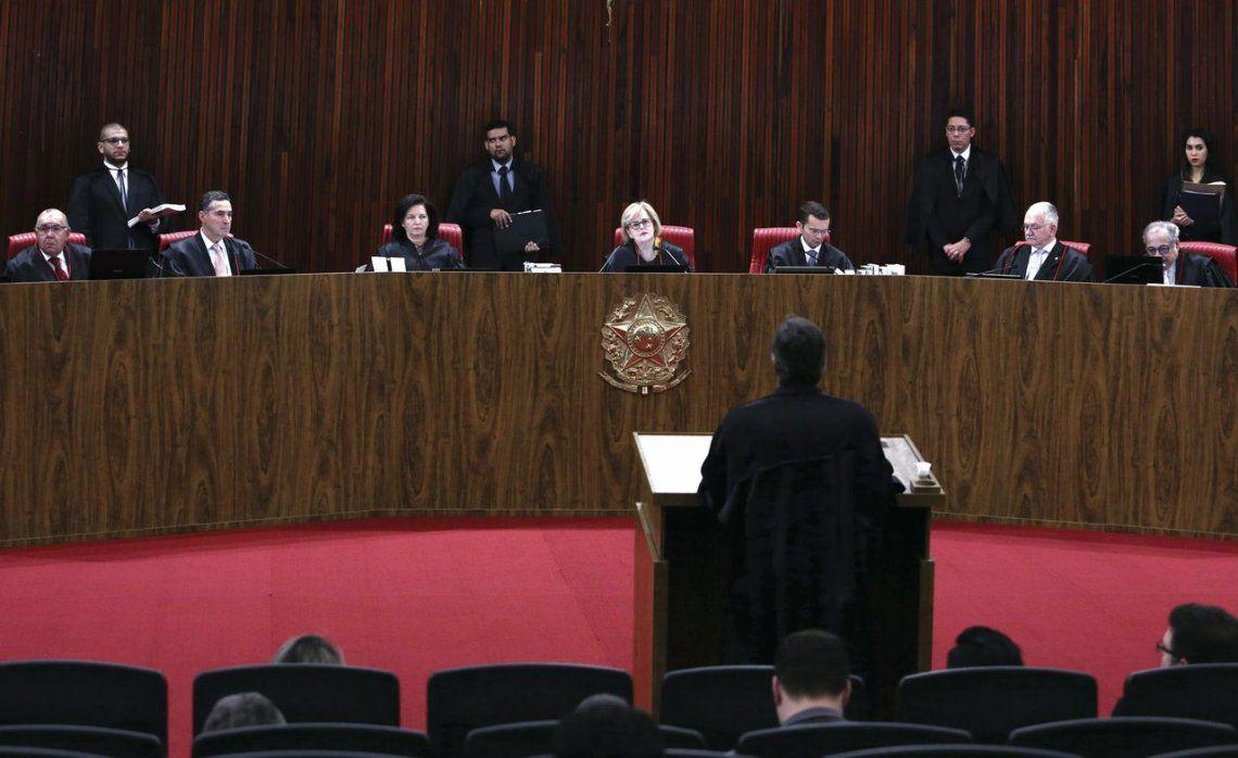 dEl Tribunal Superior Electoral decide si Lula puede mantener su condición de candidato.