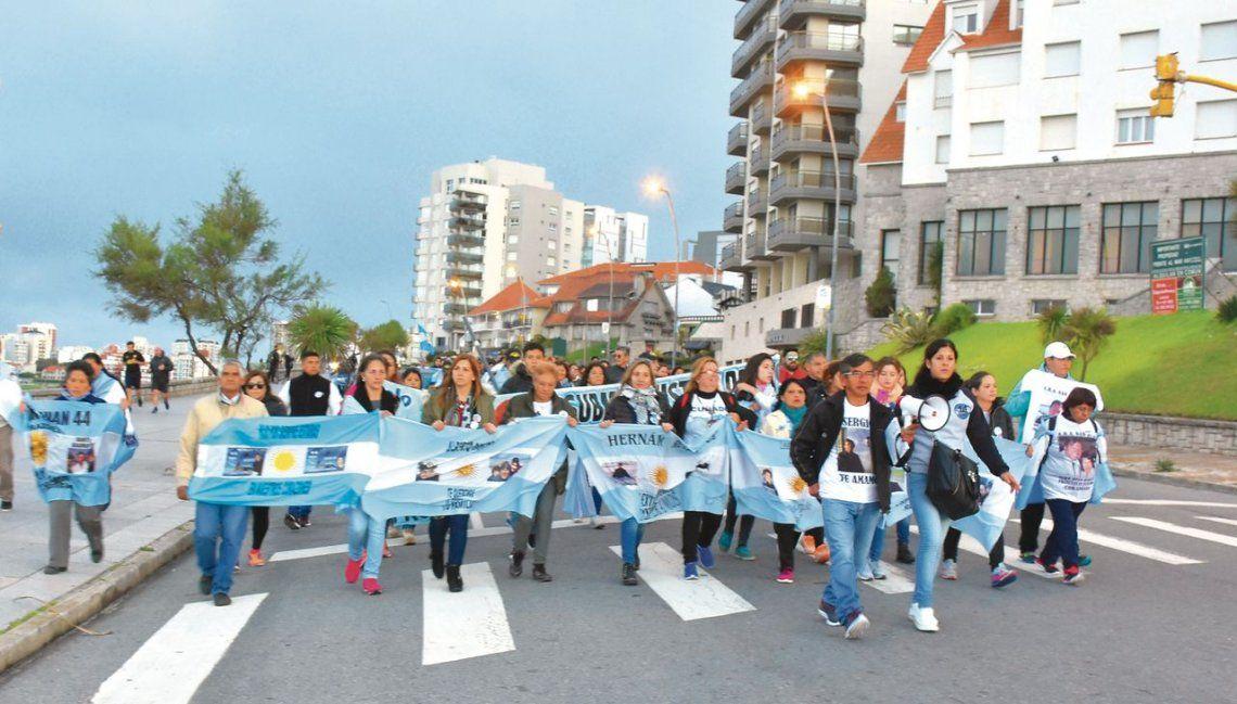 dUna de las tantas marchas de familiares del San Juan. 4 de ellos participarán en la nueva búsqueda del submarino.