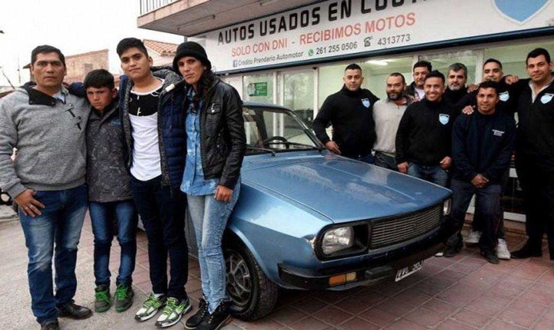 Solidaridad sin límites: le robaron el auto que usaba para ir a quimioterapia y los vecinos le regalaron un Renault 12 impecable