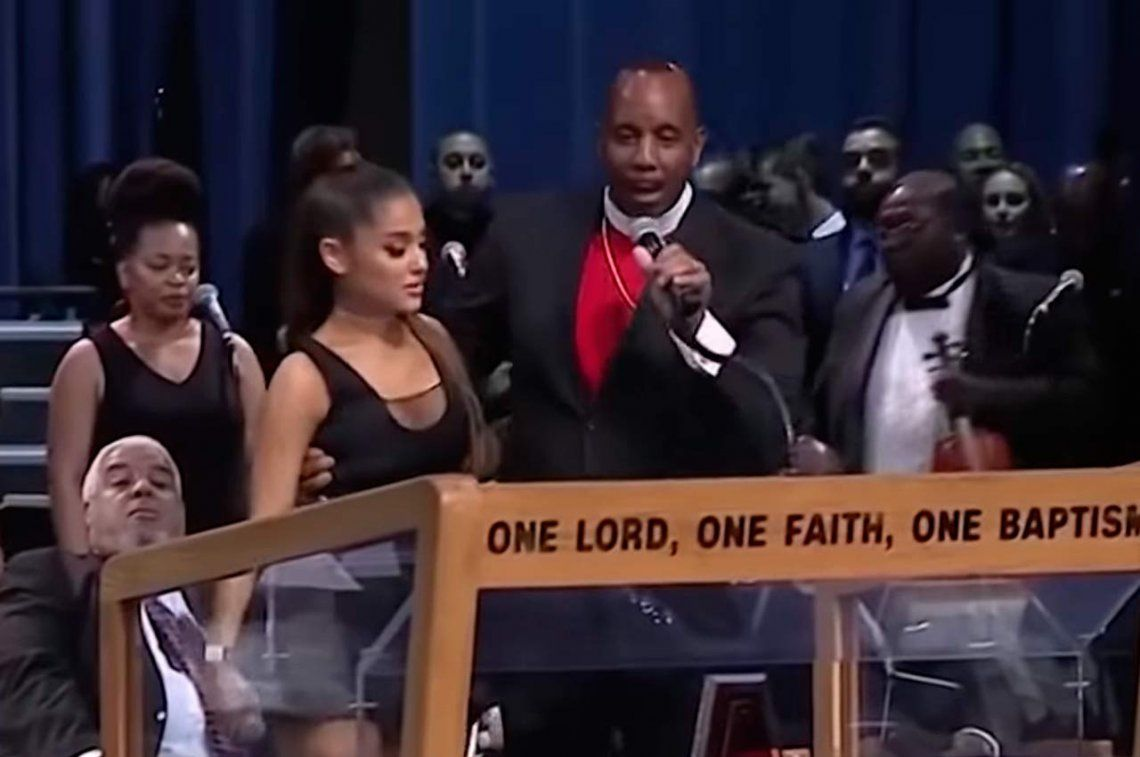 Un obispo pidió disculpas por tocarle los pechos a Ariana Grande en el funeral de Aretha Franklin