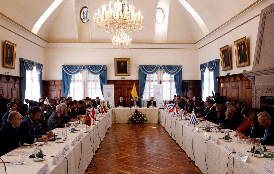Debaten regularización de migrantes venezolanos