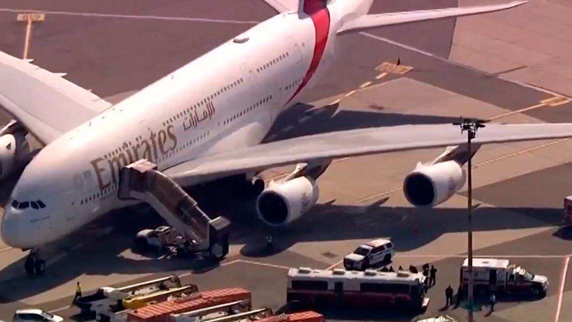 Ponen en cuarentena a un avión que aterrizó con 100 pasajeros enfermos