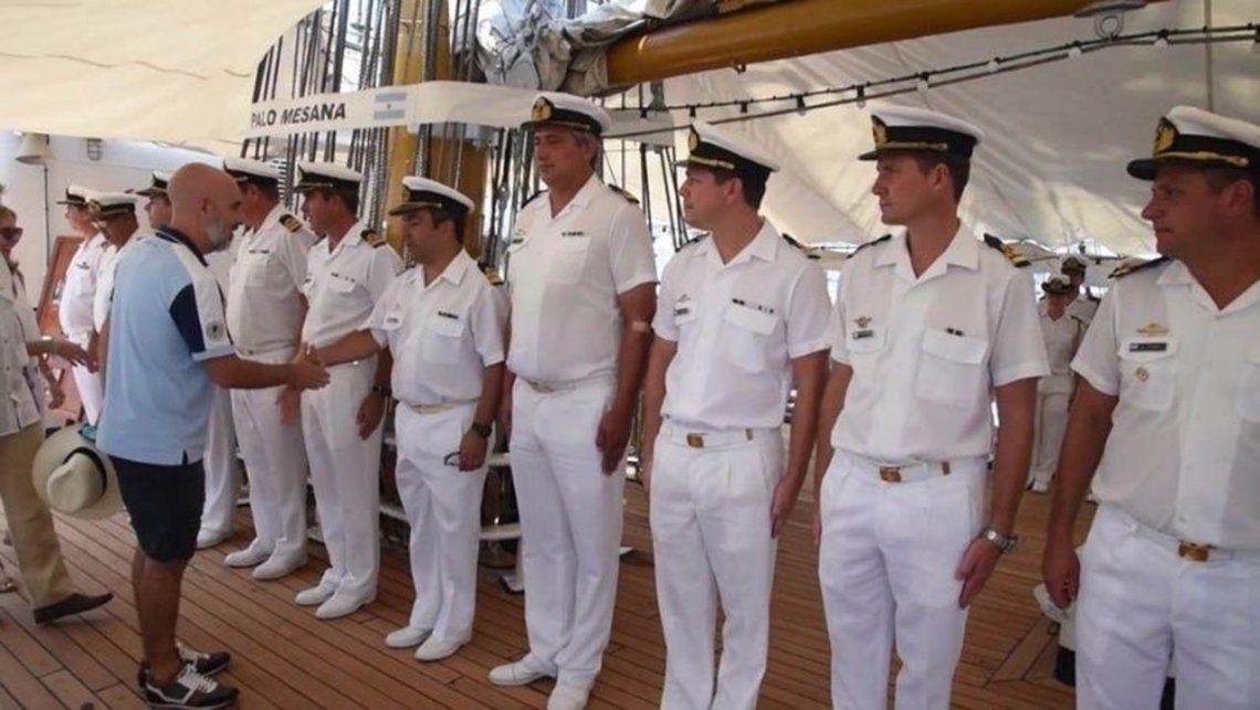 Ezequel Sabor, embajador argentino en México, recibió a la Fragata Libertad en bermudas y generó malestar en las FFAA