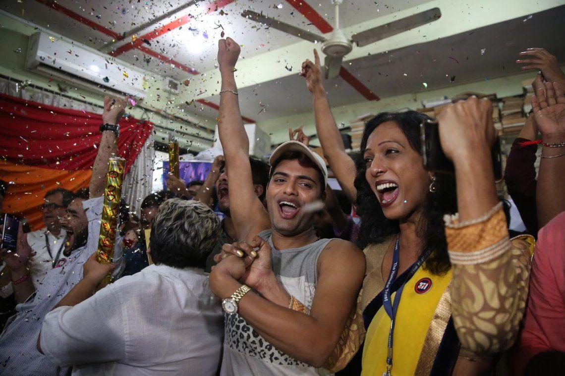 Postales de los festejos en la India por la despenalización la homosexualidad