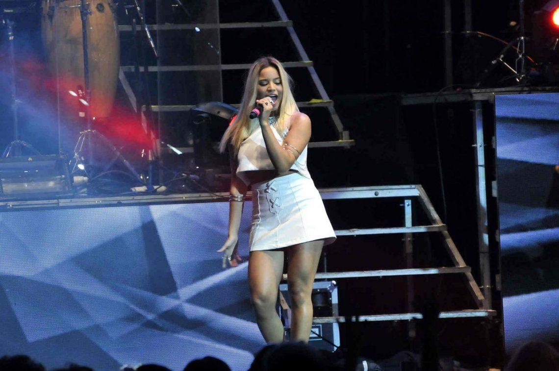 Fotos Hot | Emi Mernes, la ex cantante de Rombai, posó con los pechos al desnudo