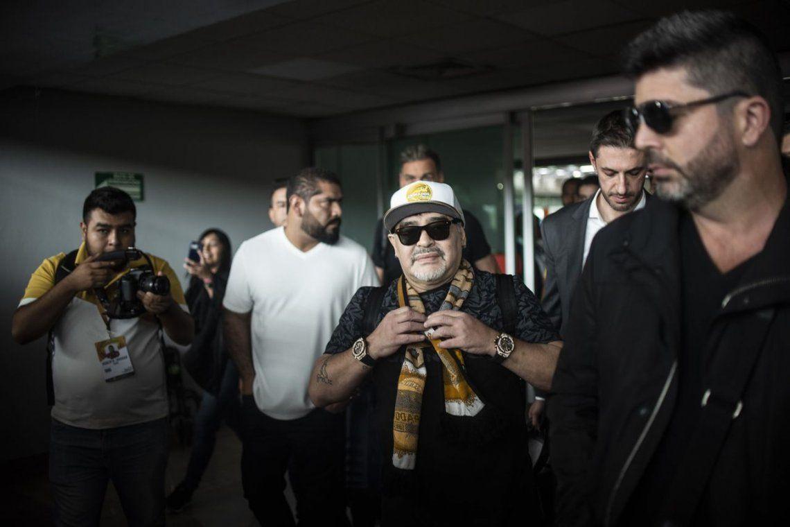 Maradona aterrizó en Culiacán y fue recibido como un rock star