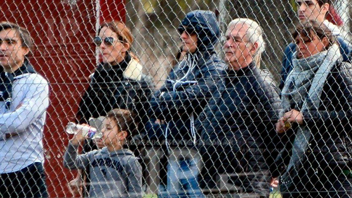 Jugó a las escondidas: camuflado, Guillermo Barros Schelotto fue al clásico platense a ver a su hijo