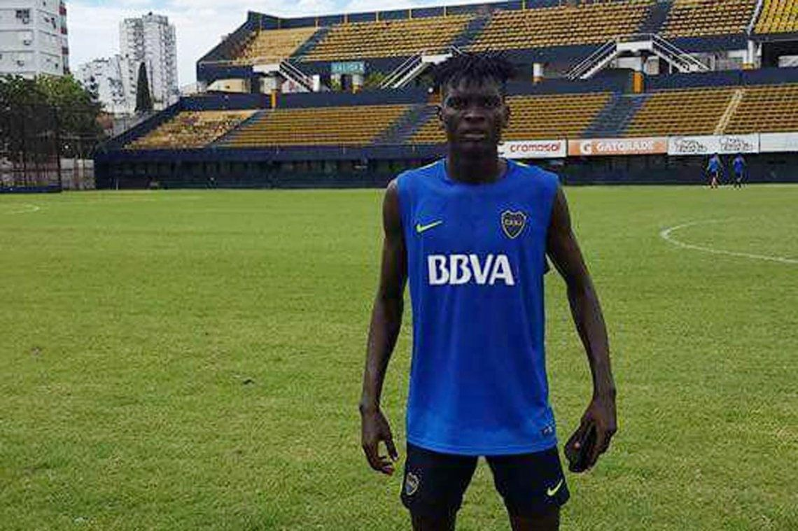El camerunés Mayo, la promesa de Boca, deja el fútbol a sus 19 años por problemas cardíacos