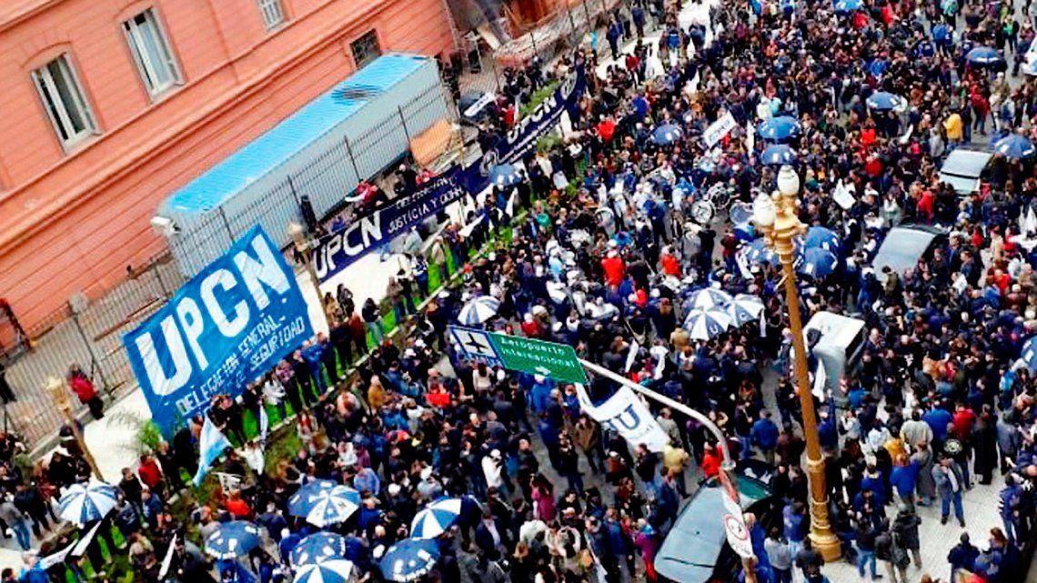 Marcha de estatales de UPCN por posibles despidos