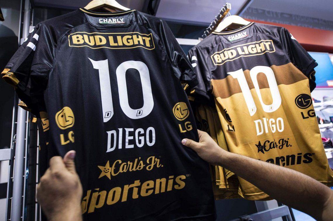Maradona es furor en México  ya tiene su camiseta 10 de Dorados y vuelan c23a011d35a78