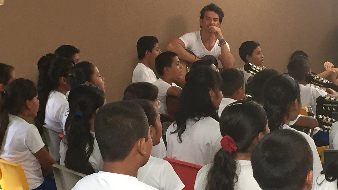 VIDEO | En el Día del Maestro, el recuerdo de Ricardo Arjona como docente de escuela