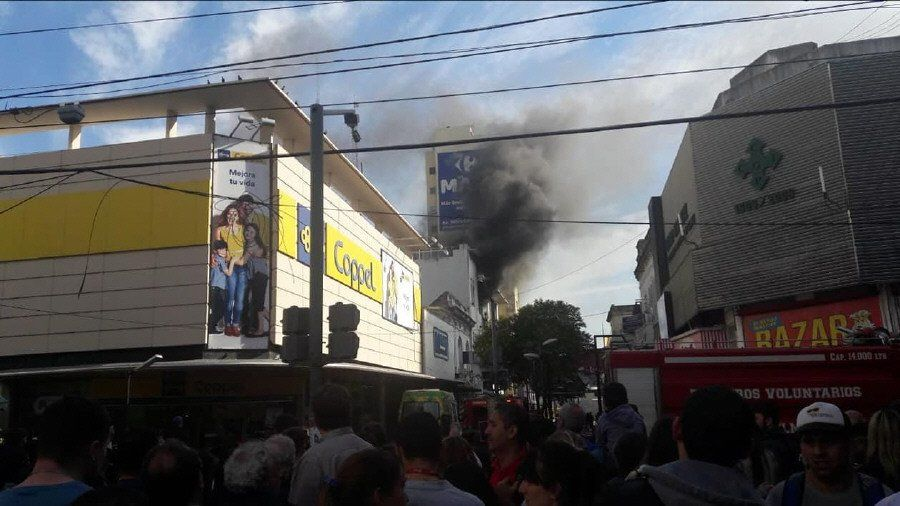 Quilmes Centro: feroz incendio en edificio de la Peatonal Rivadavia dejó 30 mil usuarios incomunicados