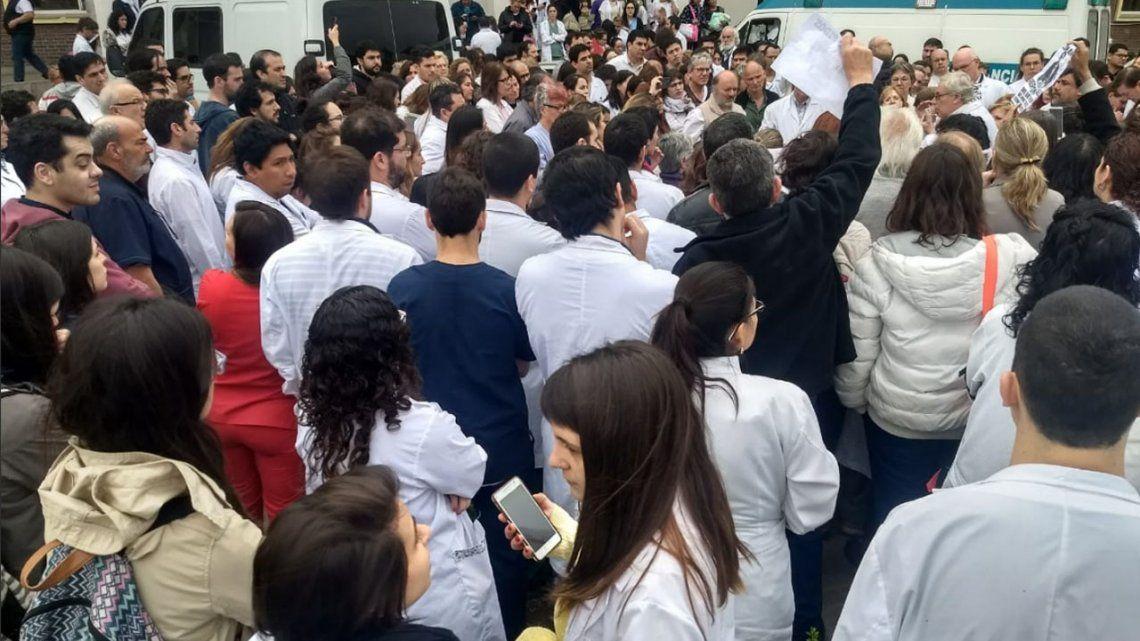 Protestas en el Hospital Posadas por nuevos despidos