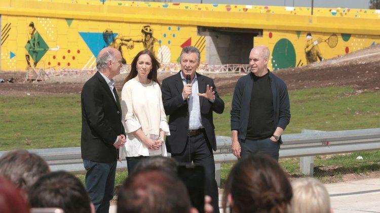 dGrindetti, María Eugenia Vidal, el presidente Macri y Rodríguez Larreta ante el flamante puente.