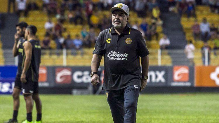 Maradona sufrió su primera derrota en México e invadió la cancha