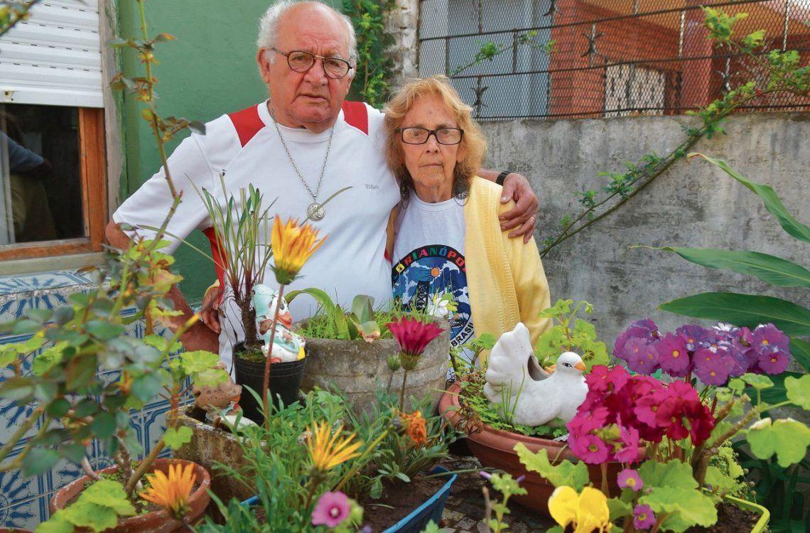 dEugenio y Paula en el florido patio de su casa de Villa Esperanza
