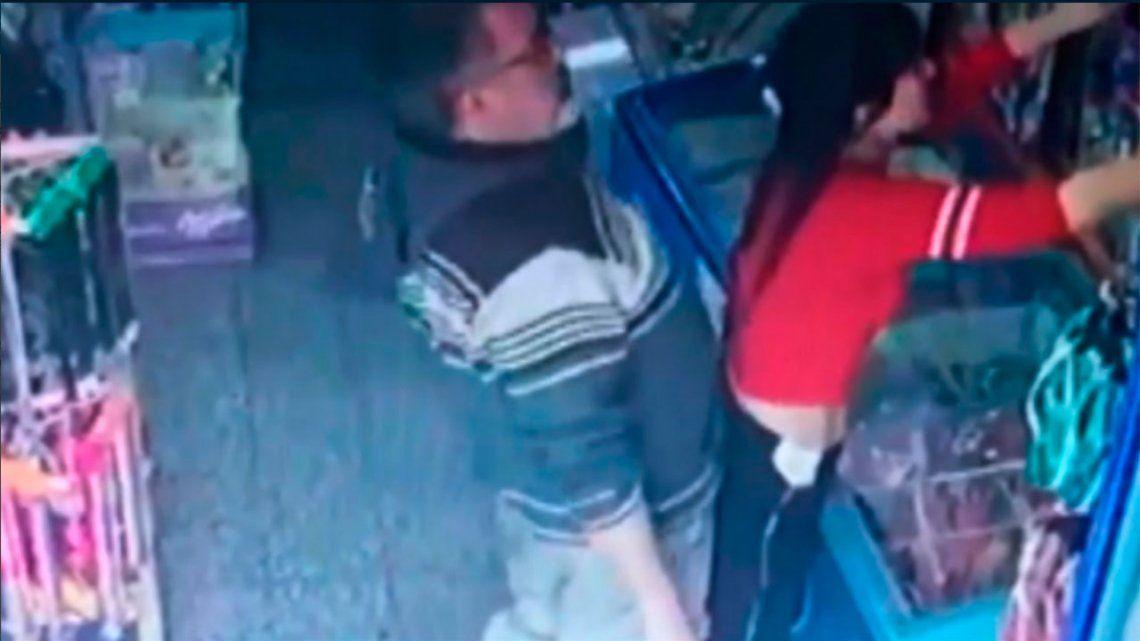 VIDEO | Abusó de una kiosquera: lo agredieron, lo detuvieron y él se defendió de manera nefasta