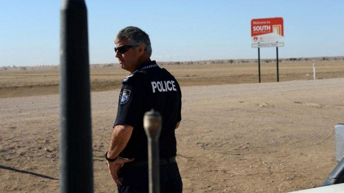 El policía que trabaja en medio de un gran desierto