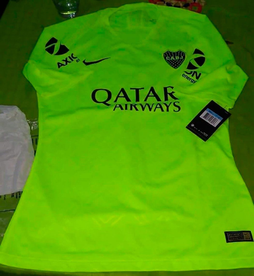 Se filtró la nueva camiseta de Boca que es igual a la del Barcelona y ya hay polémica