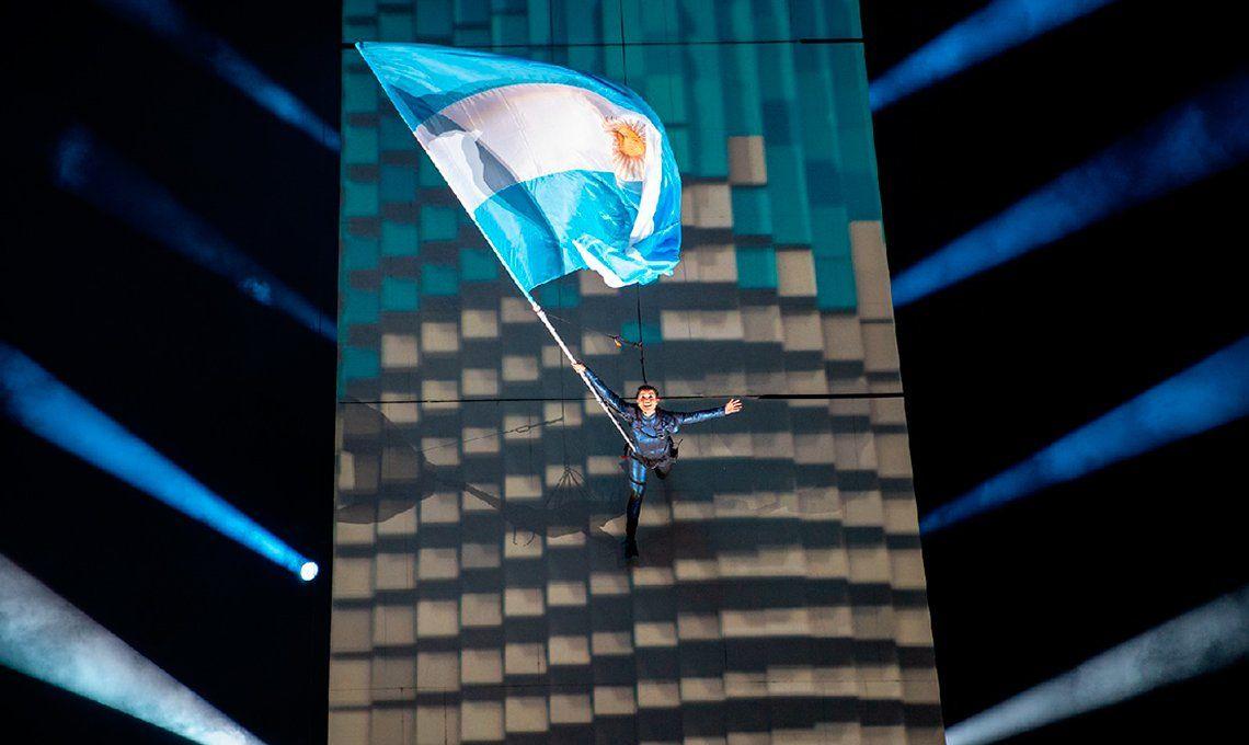 Ángela Torres se puso el pañuelo verde y cantó el Himno en la inauguración