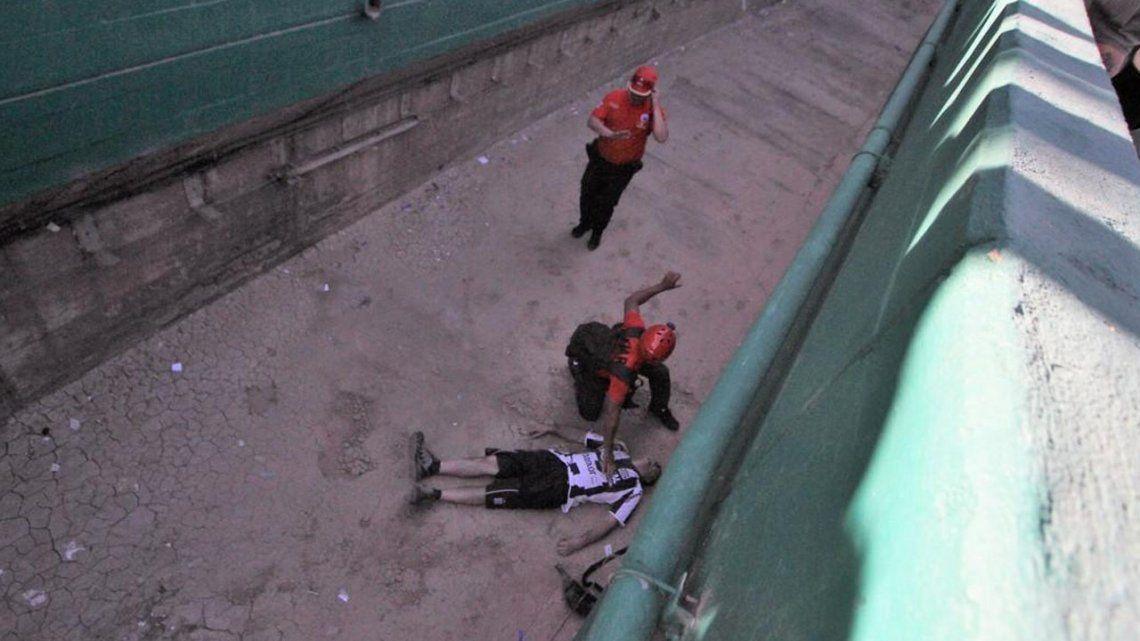Un hincha de Talleres cayó a una fosa y está grave