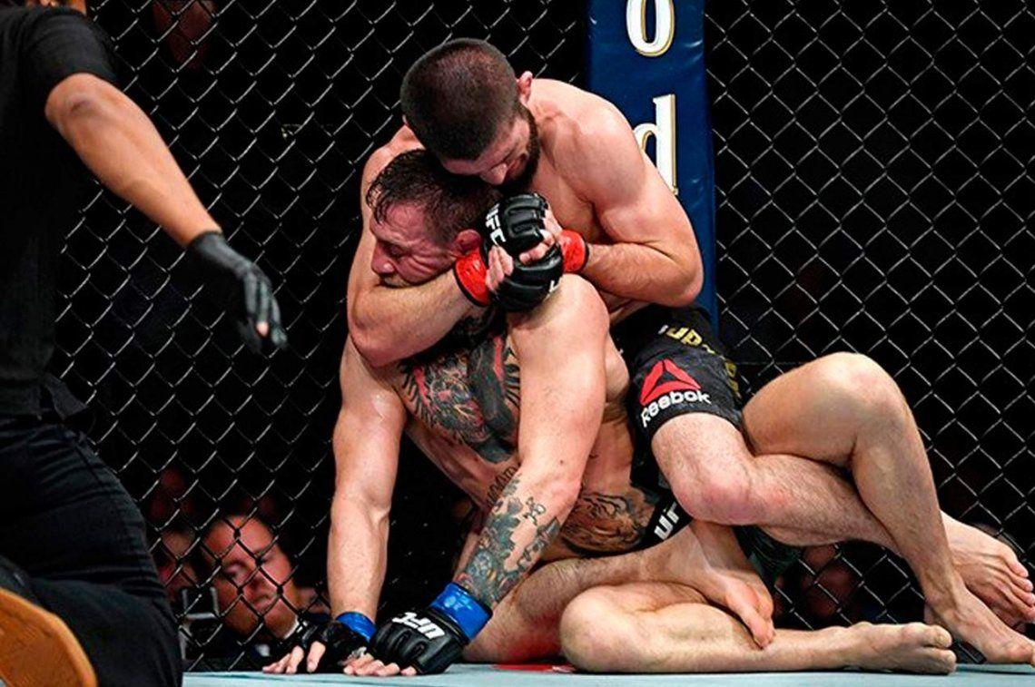 Escándalo en la UFC: Khabib le dio una paliza a McGregor y luego desató una batalla campal
