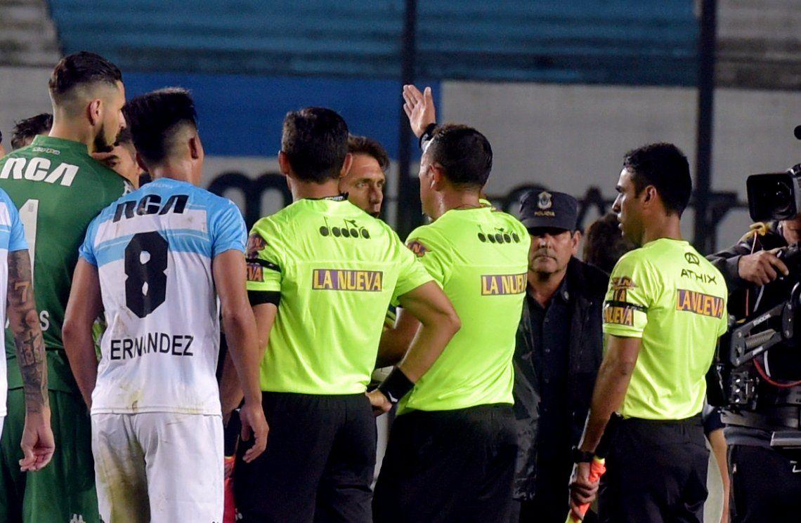 Después los insultos y las protestas, el árbitro informó a Guillermo Barros Schelotto