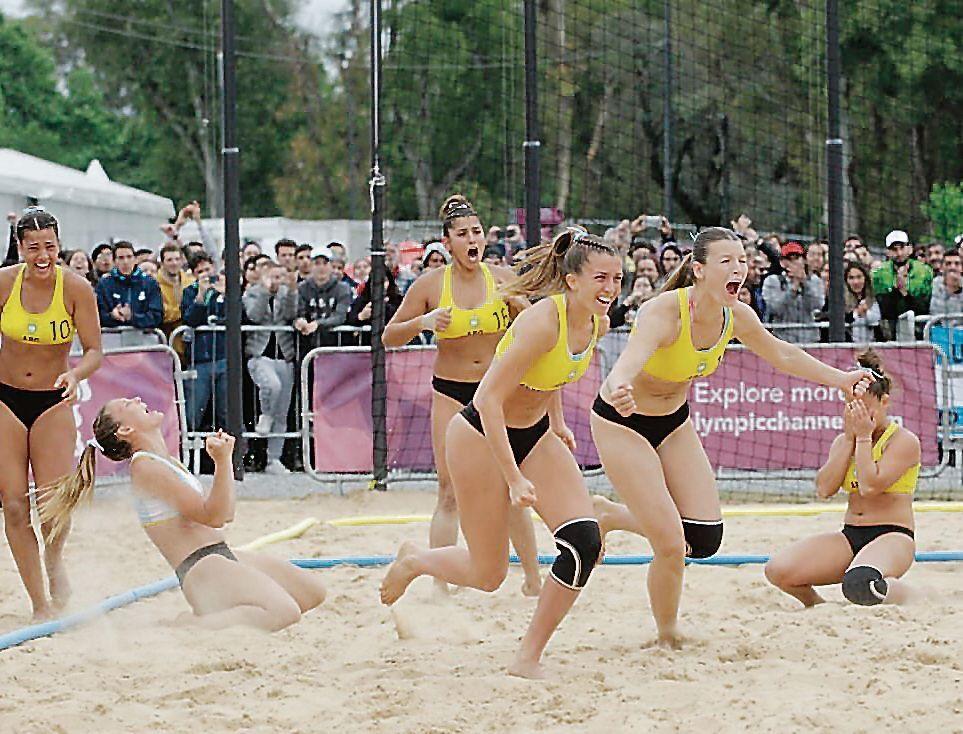 dLas chicas del handball tuvieron un papel de lujo y ganaron por duplicado.