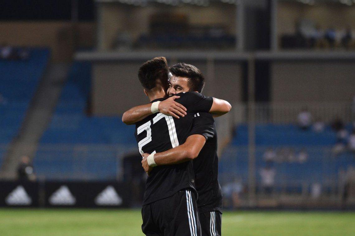 Lautaro Martinez se abraza con Acuña en la victoria de Argentina ante Iraq
