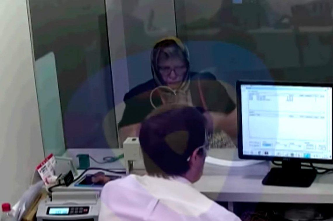 Se disfrazó de anciana a la que cuidaba y estafó a un banco por  320.000 bb718291ed7dd