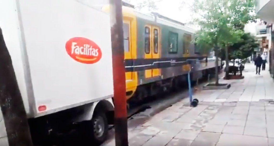 Un vagón de subte chocó con tres autos en Caballito