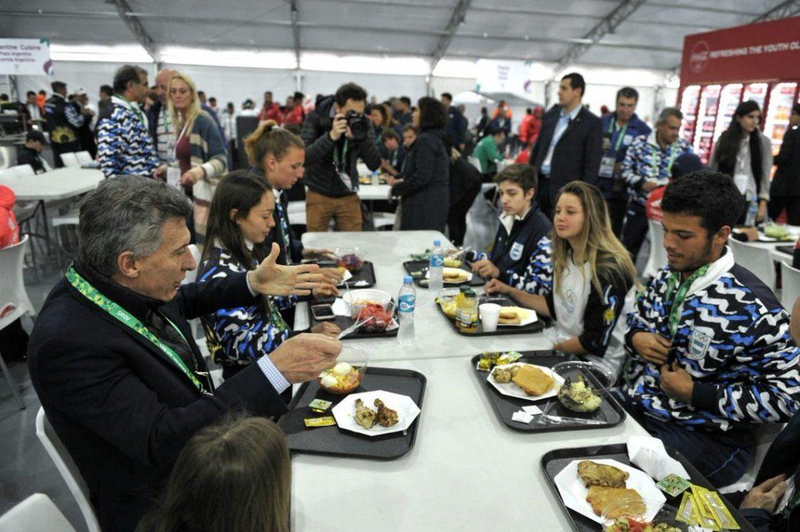 Mauricio Macri almorzó con los chicos en la Villa Olímpica