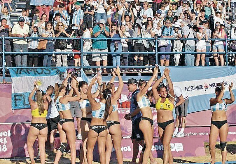 dLas chicas salen a la cancha en semifinales de la competencia de playa.