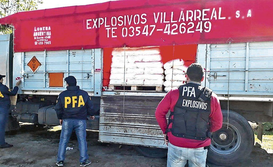 dUno de los camiones de la empresa allanada. Los explosivos quedaron en custodia en una unidad militar.