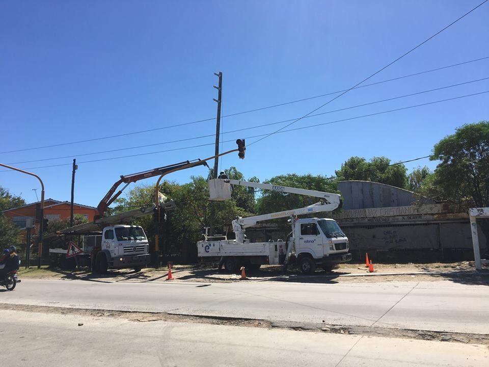 Reemplazan los postes del tendido eléctrico