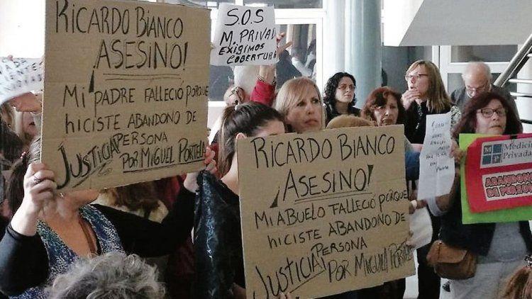 dPacientes y familiares de una empresa de salud prepaga el día del escándalo en la clínica Estrada.