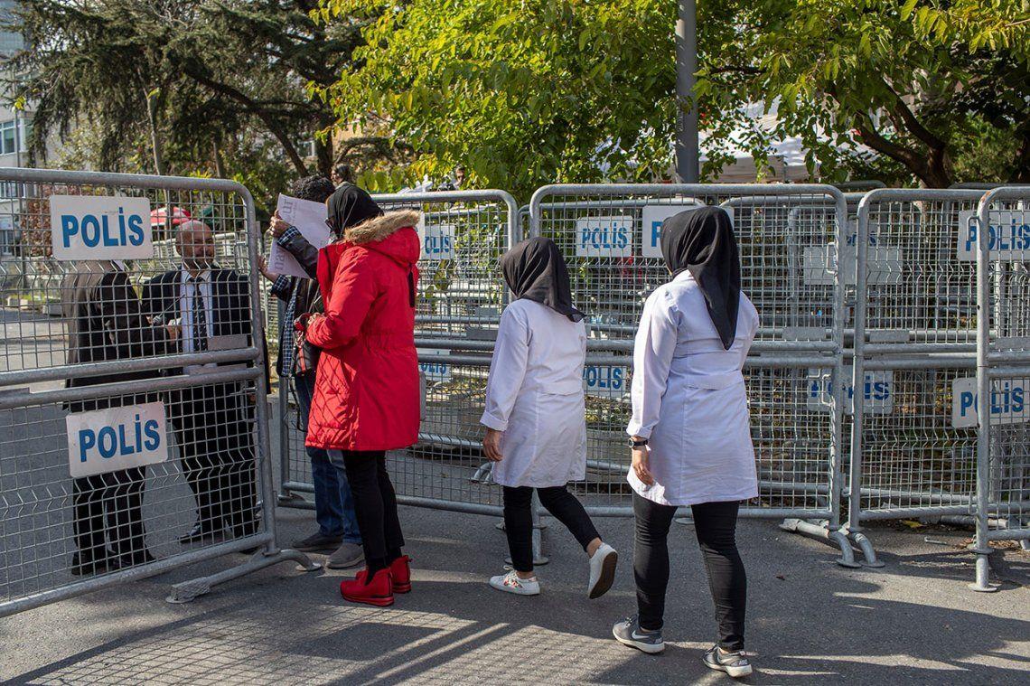 Trabajadoras de la limpiezan llegan al consulado saudí en Estambul (Turquía)