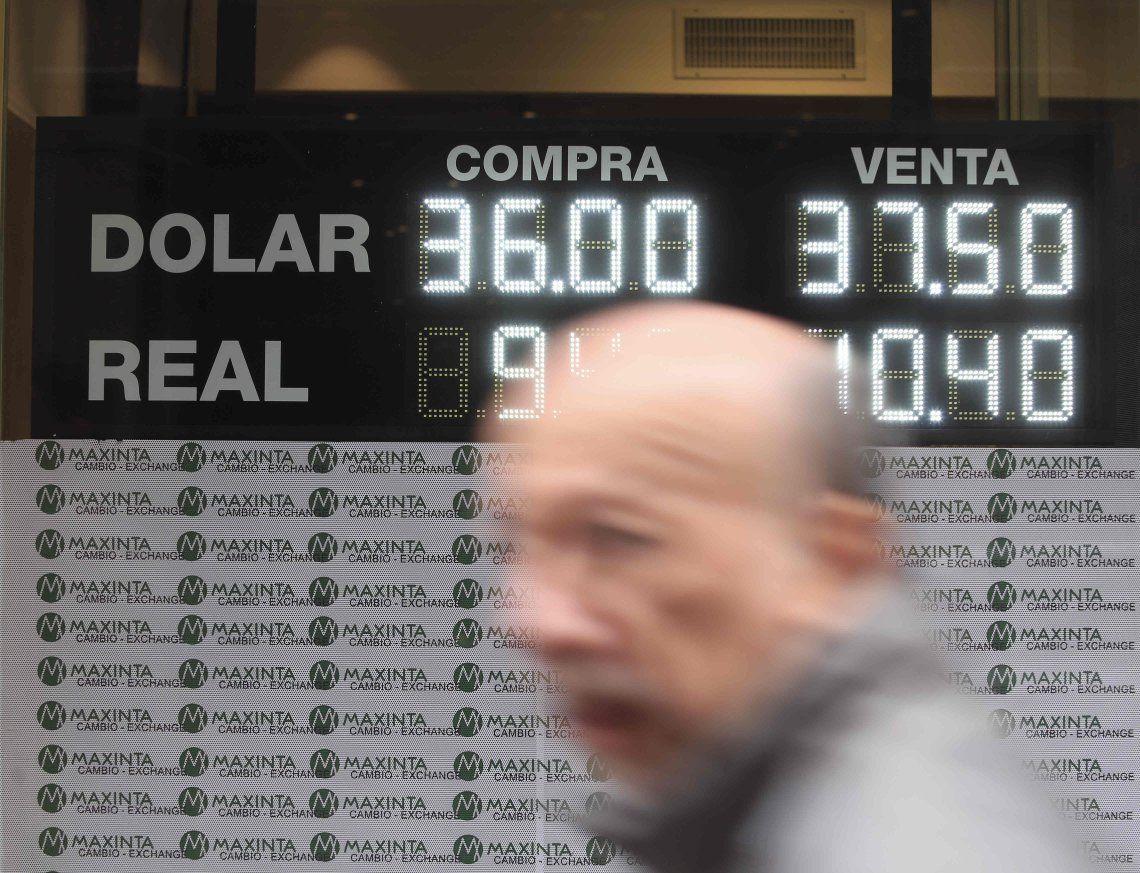 El dólar profundizó la baja y cerró la semana a $36,38