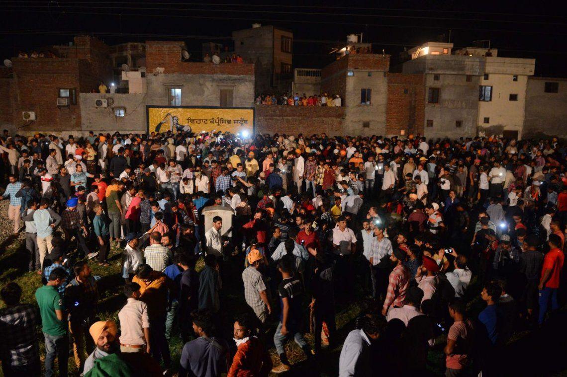 Un tren arrolló a una multitud durante una celebración religiosa en la India: hay más de 60 muertos