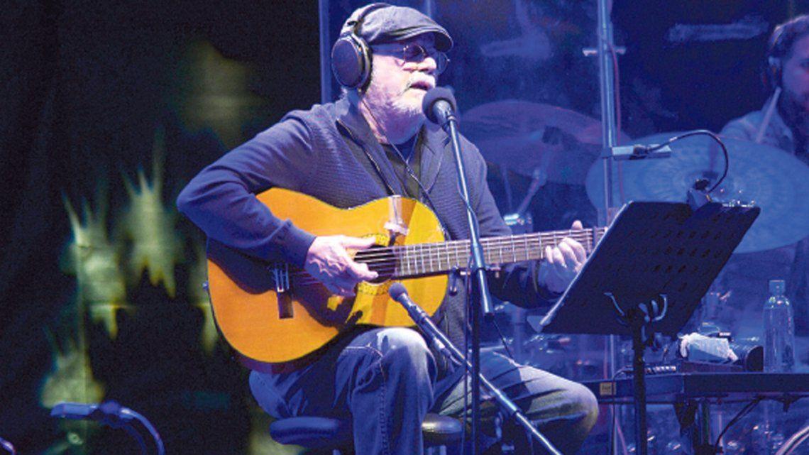 A pura emoción: Silvio Rodríguez cantó gratis ante una multitud en Avellaneda