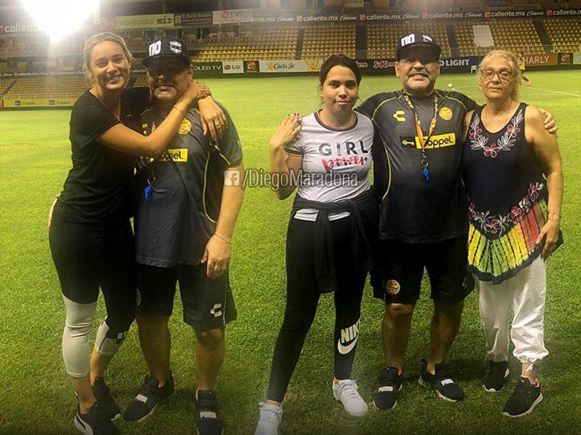 Diego Maradona festeja su cumpleaños con Rocío Oliva, Matías Morla y parte de su familia