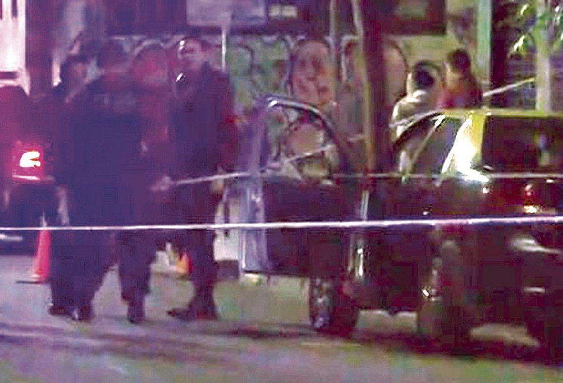 dEl vehículo de alquiler estaba detenido -se supone que había concluido el viaje- cuando se produjo la agresión.